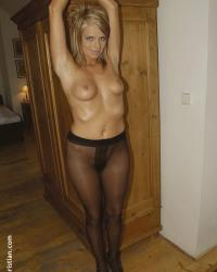 Femme nue en collants noirs attachée